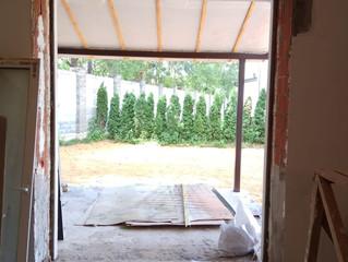 Входные двери в коттеджном поселке на Новой Риге