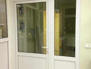 Монтаж межкомнатной двери для медицинского центра.