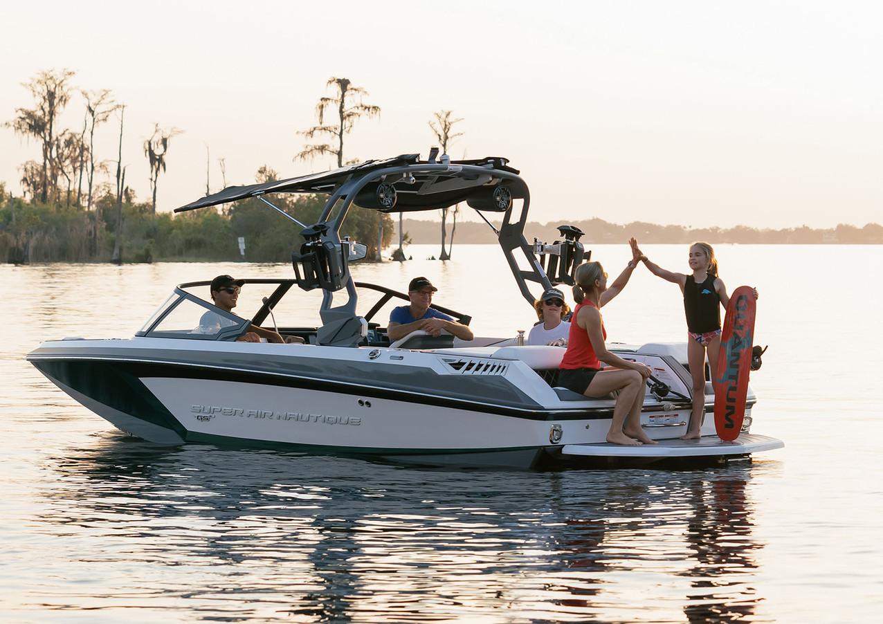 Family boat image