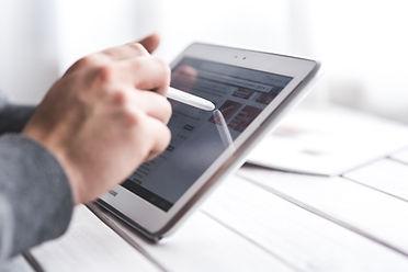 Homem Utilizar o Smart Tablet