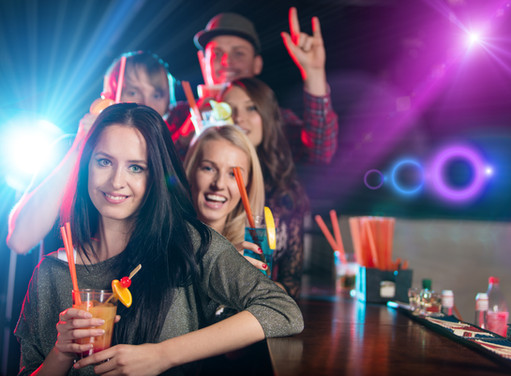 young_people_celebrate_bar_drink_2e.jpg