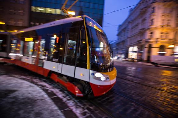 tram_in_motion_night_prague_9.jpg