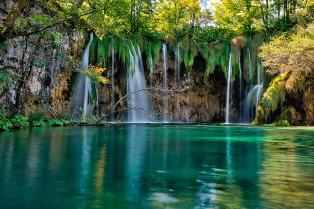 Plitvice_lakes_waterfall_1.jpg