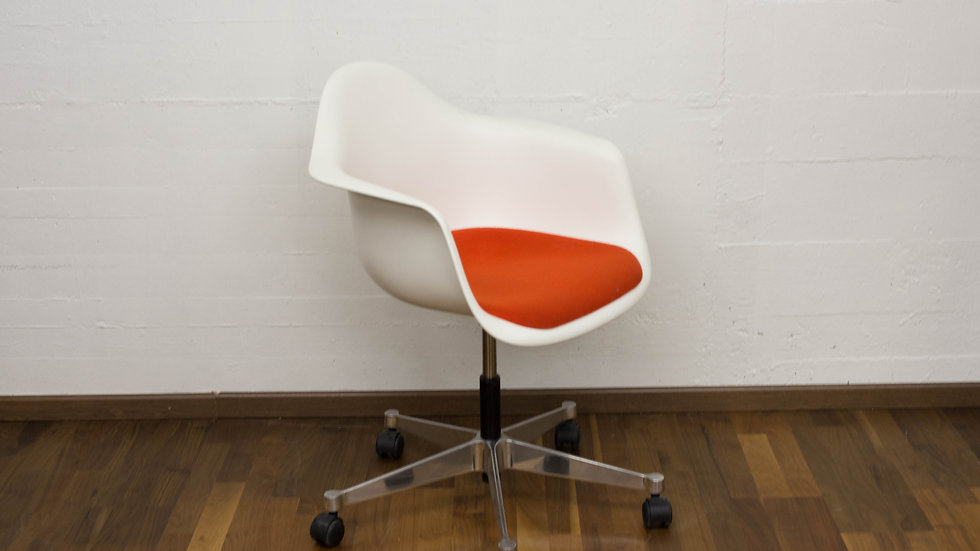 Eames Armchair PACC von Vitra