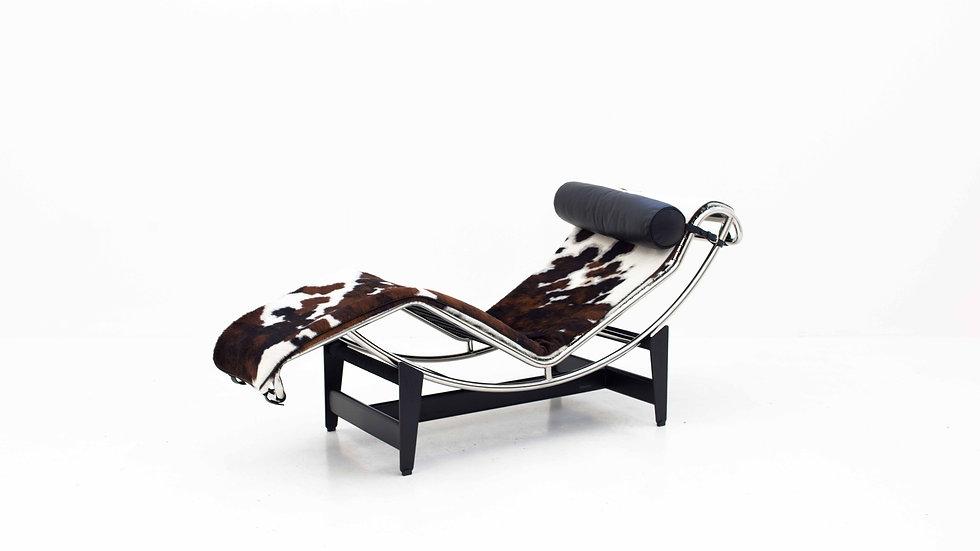Le Corbusier LC4 Chaise Longue von Cassina mit Fellauflage