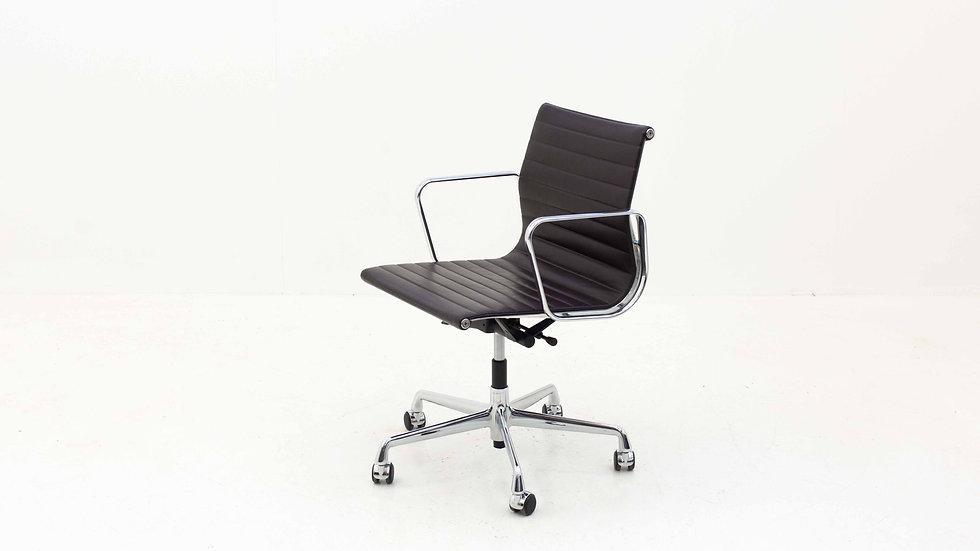 Vitra Eames EA117 Bürostuhl in Leder Braun