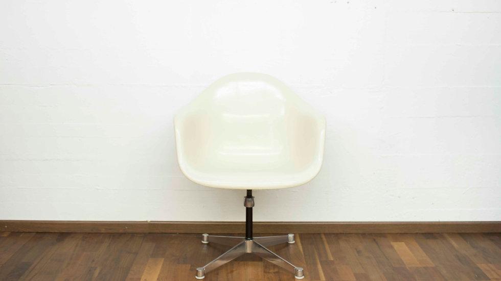 Vintage Eames Fiberglas Armchair von Vitra / Herman Miller