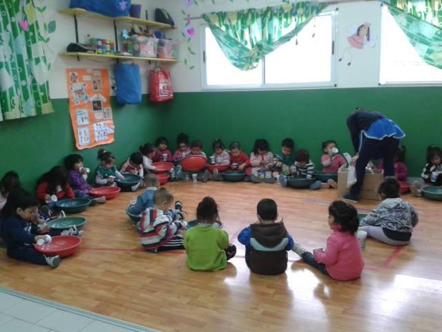 Yksi osa vapaaehtoistyötä oli leikkiä lasten kanssa.
