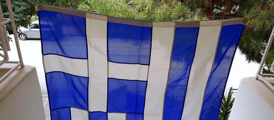 Οι σημαίες στα μπαλκόνια