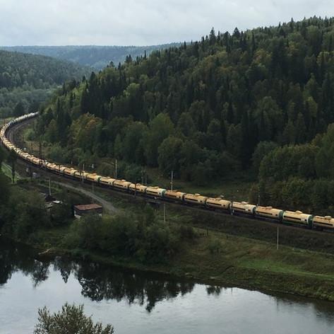 A train travelling along the Sylva River