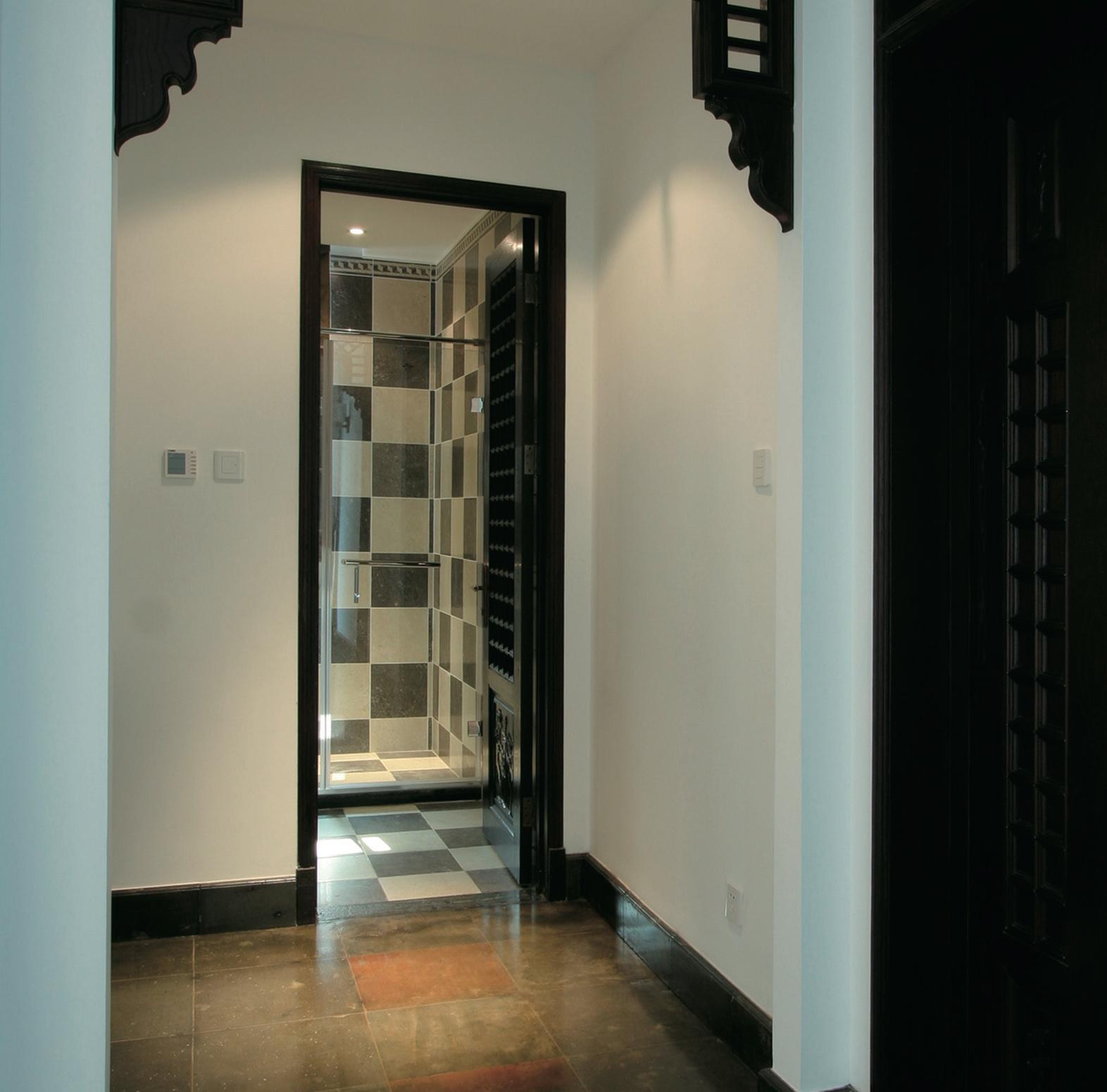 дверь душевой комнаты