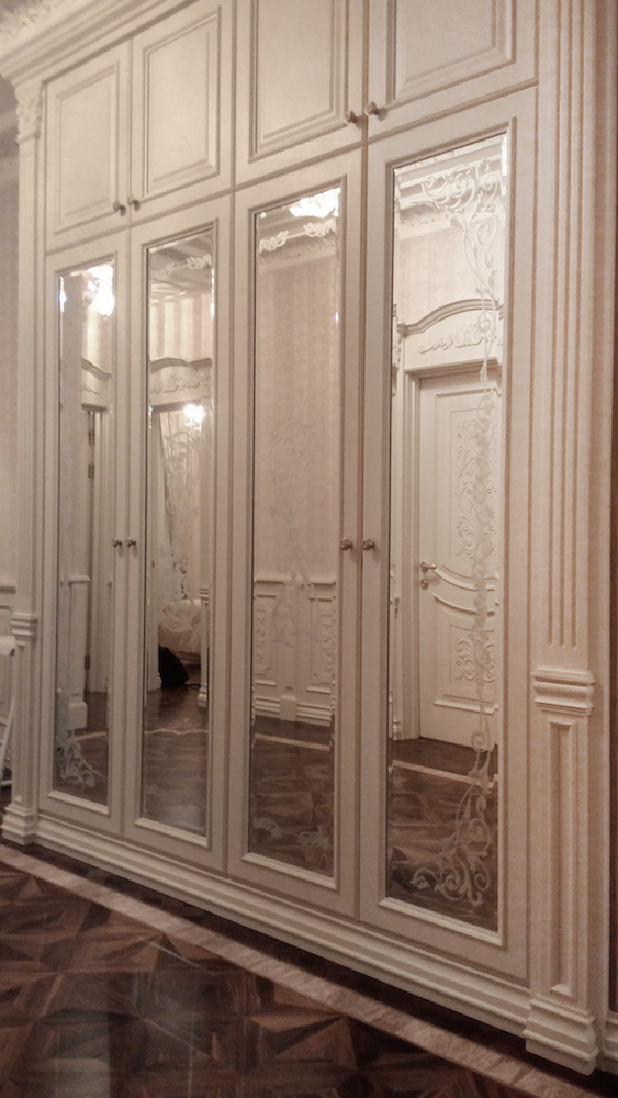 гардероб с художественными зеркалами