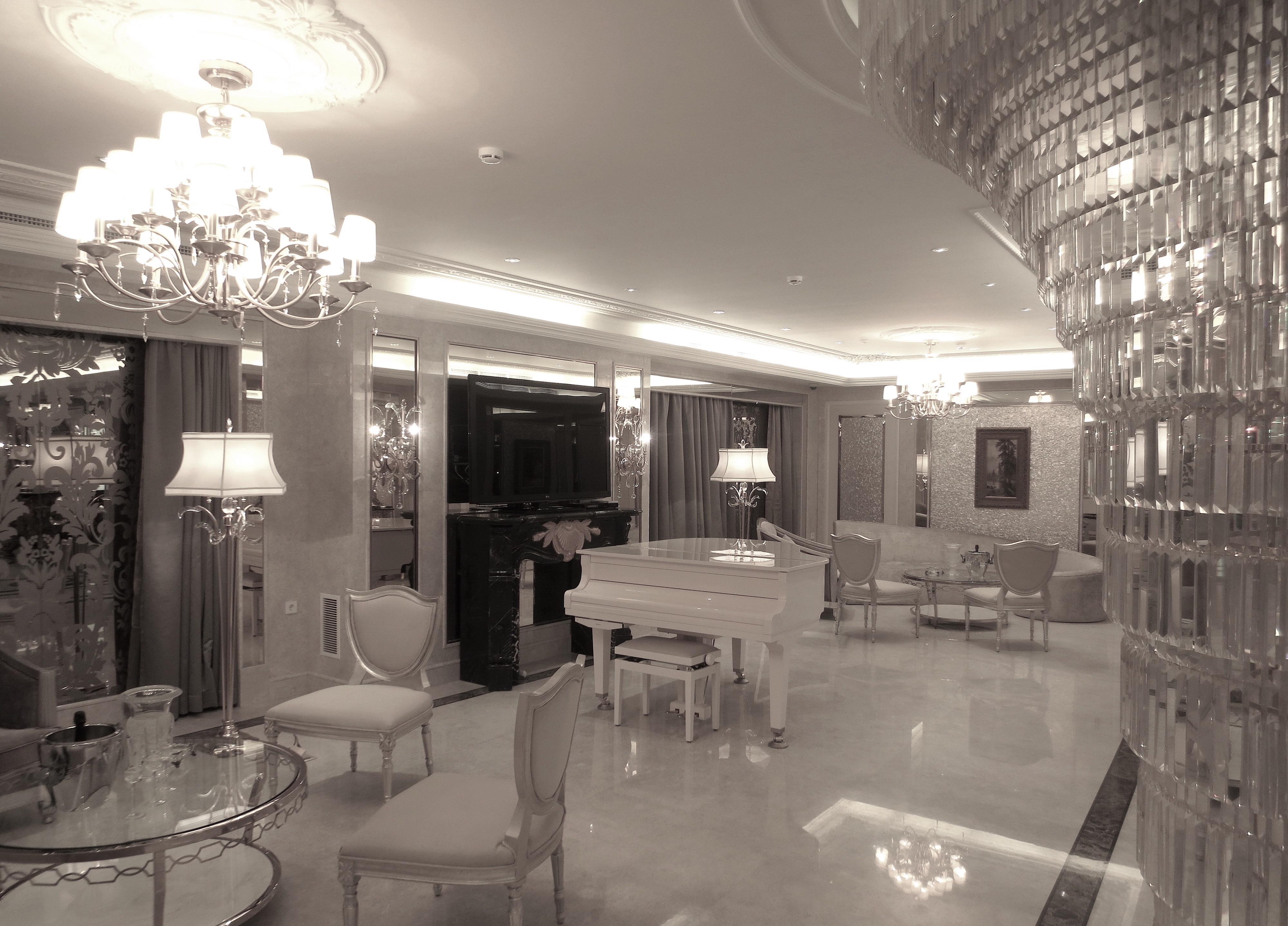 большие зеркала в интерьере гостиной
