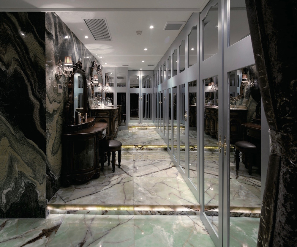 зеркальная стена и фасад из зеркал