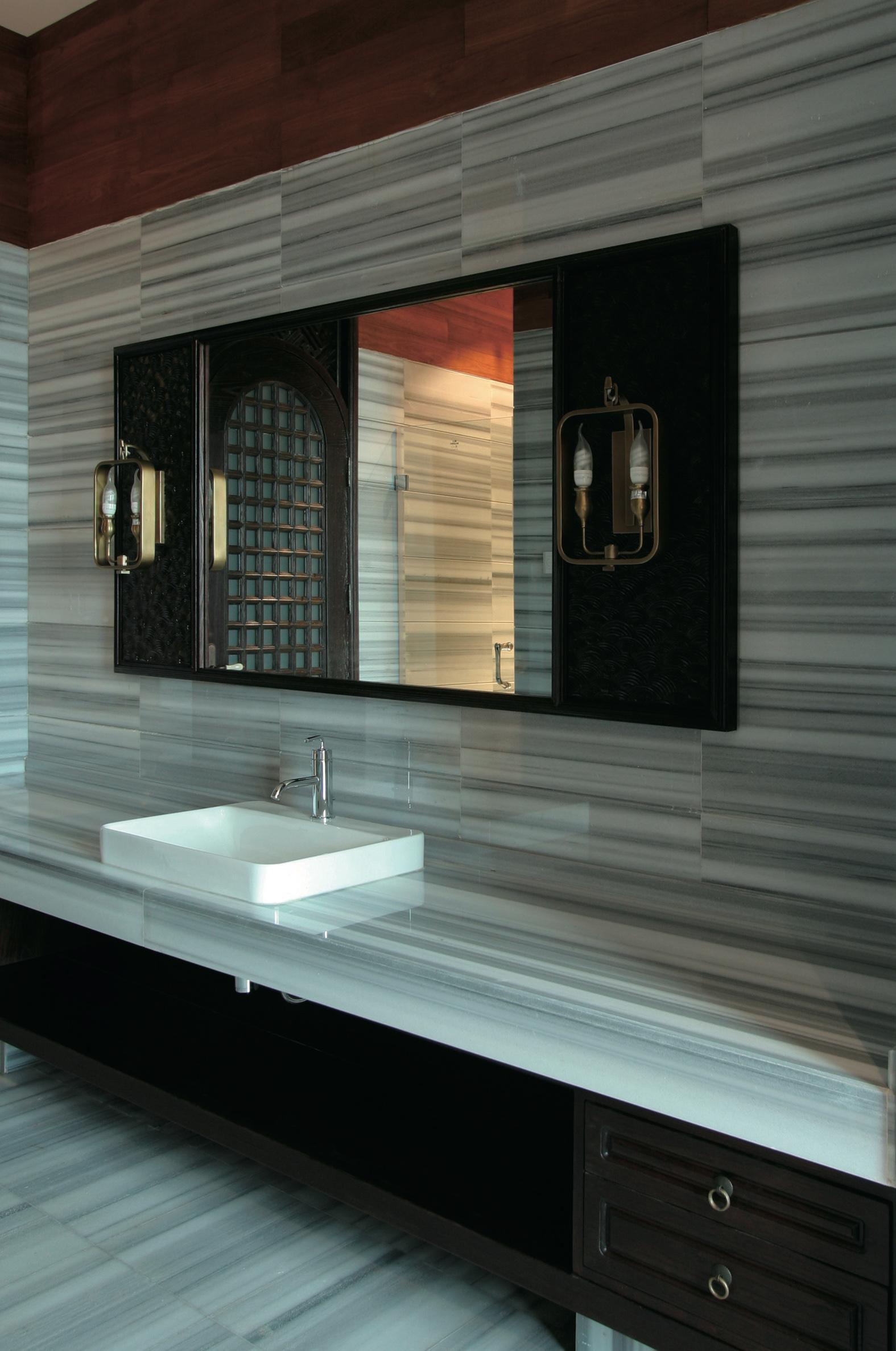 стильное зеркало в ванную комнату