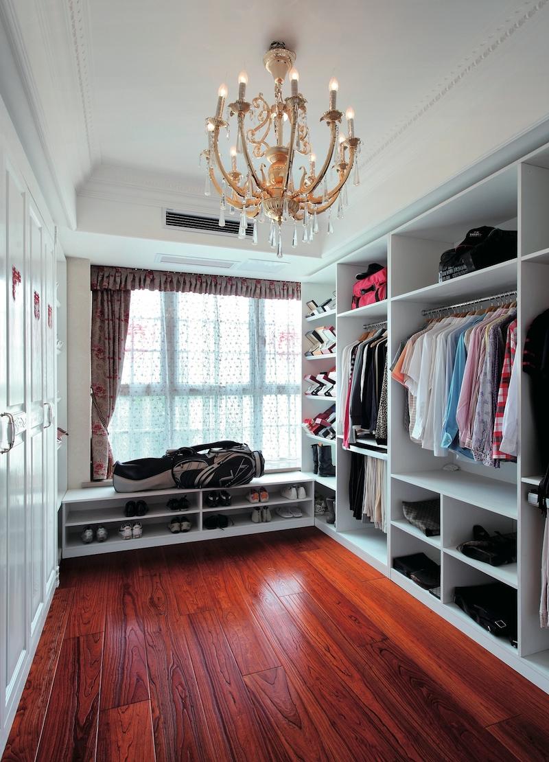 гардеробная комната с окном