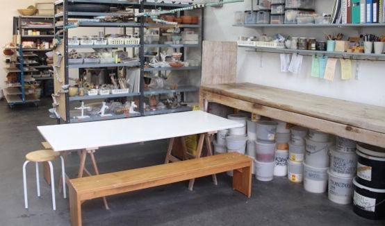 Tonwerkstatt mit Glasuren, Engoben, Brennofen, Trocknungsgestellen, Werkzeugen und Arbeitsplätzen