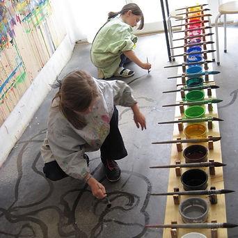 Freies Malen mit Wasser am Boden