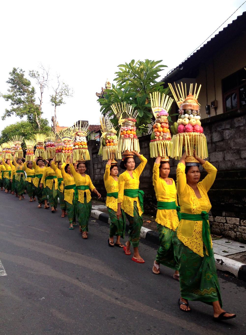 Femmes se rendant à une cérémonie, Ubud