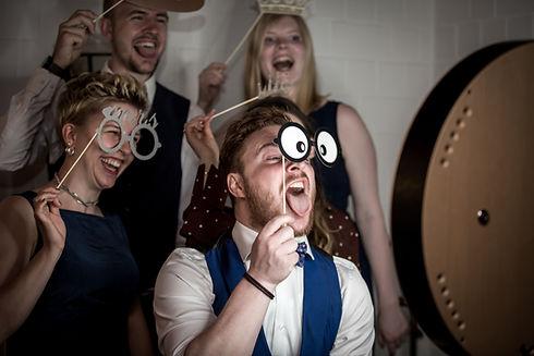 fotobox hochzeitsgäste haben spaß