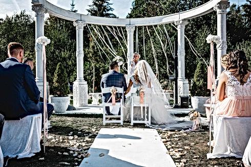 brautpaar vor dem altar an ihrer hochzeit