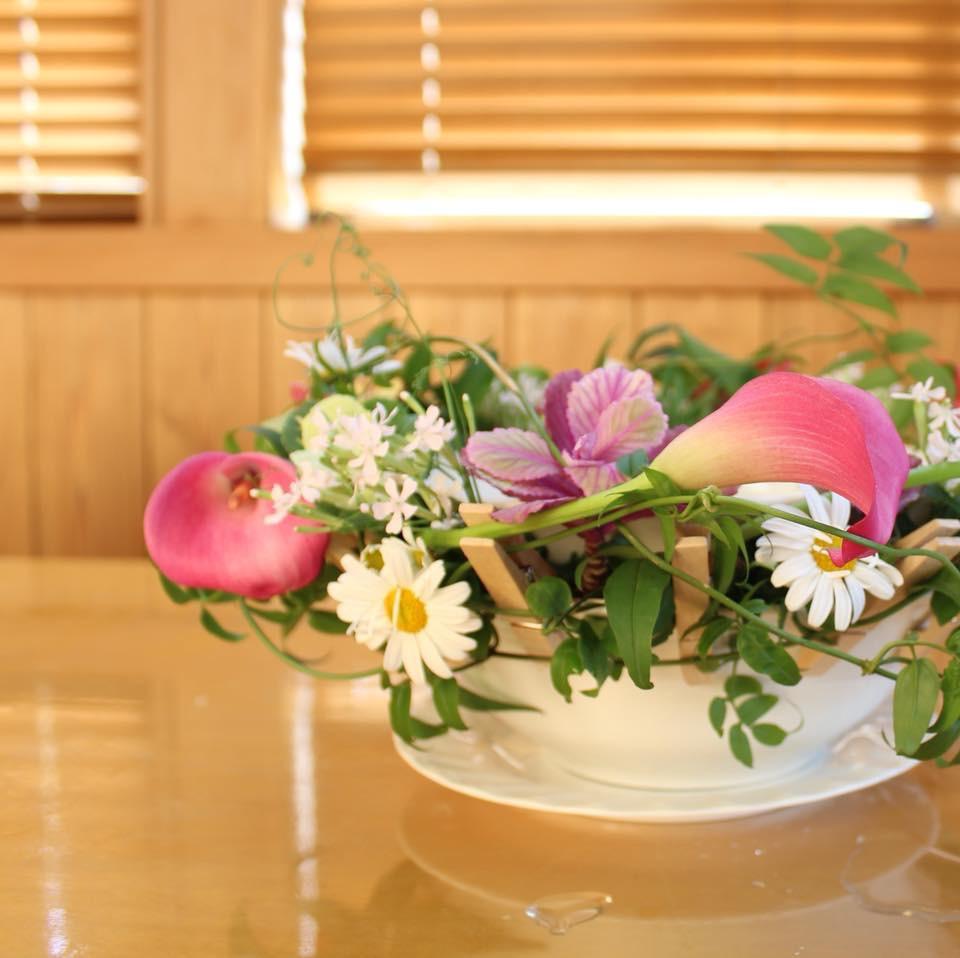 食器に季節の花を生ける