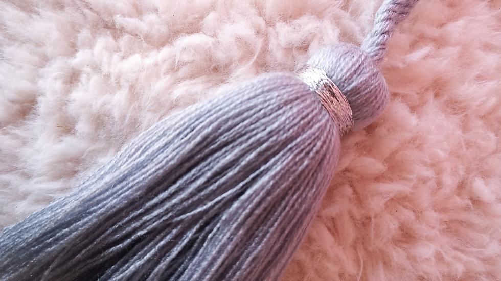 Pompon Chic en laine grise en fil argenté