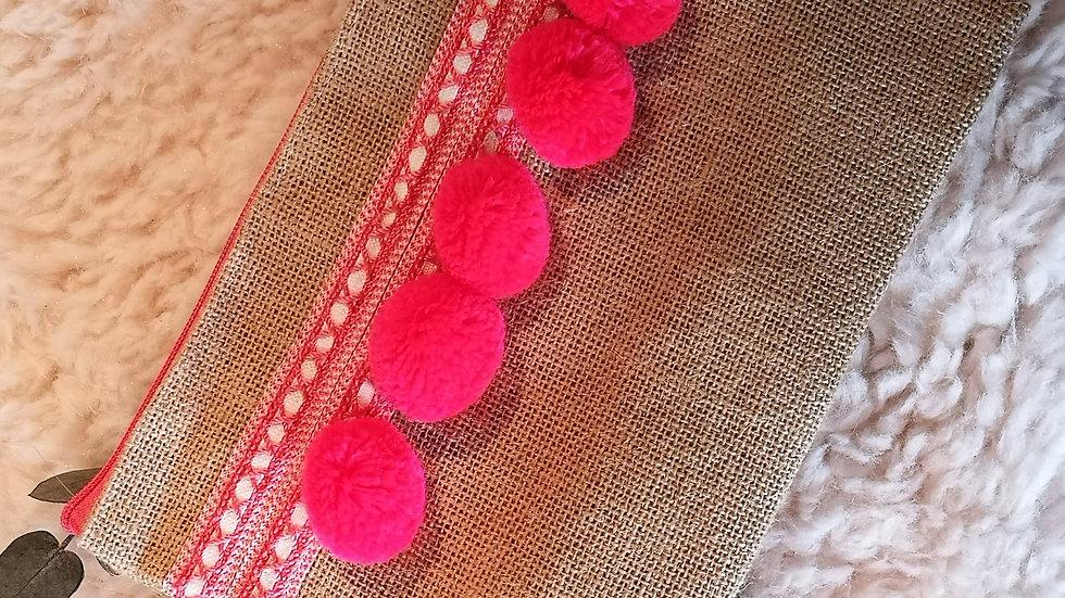 Pochette en toile de jute et pompons en laine ROSE FLUO