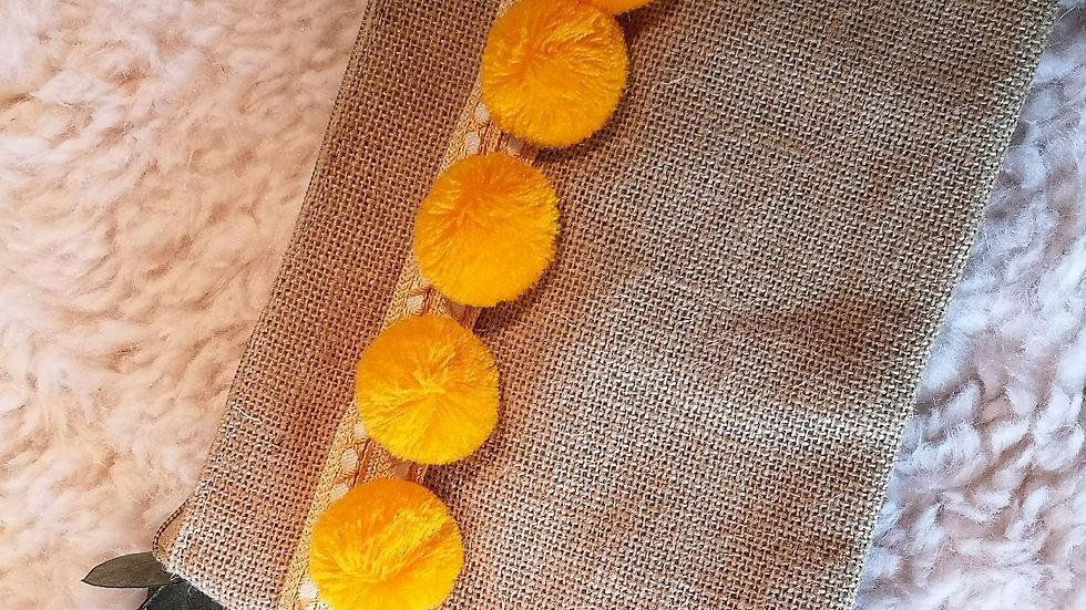 Pochette en toile de jute et pompons en laine JAUNE SOLEIL