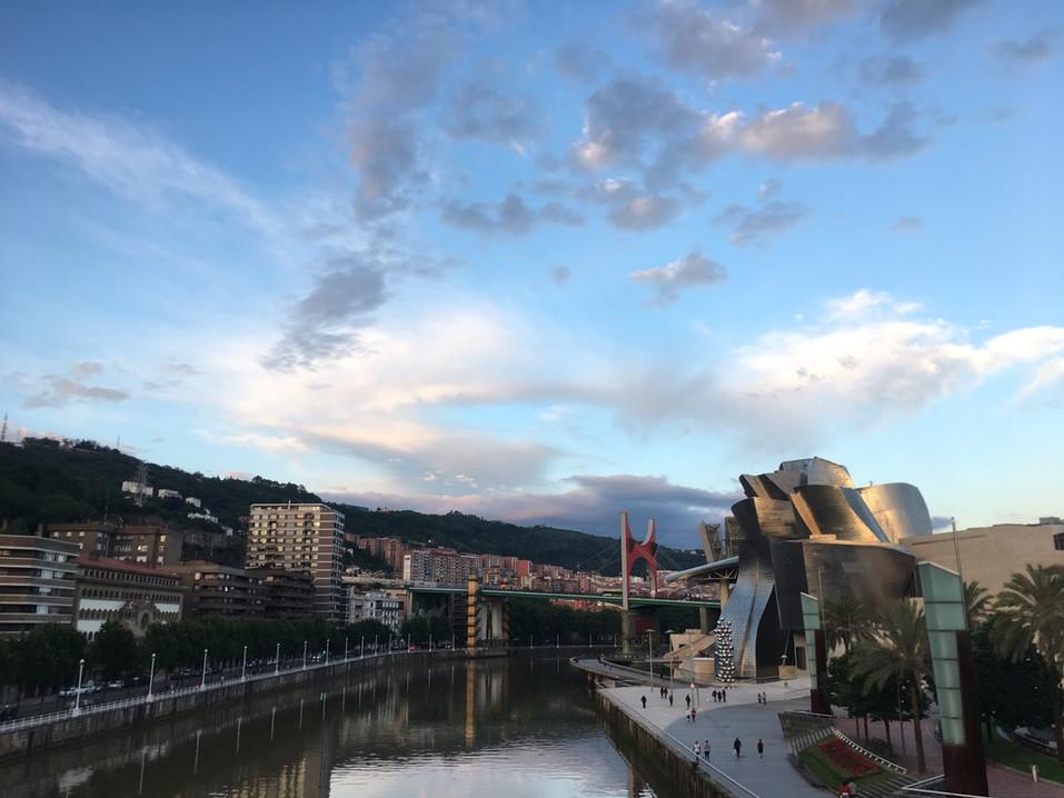 Bilbao FLuss Museum_Sicht auf Stadt.jpg