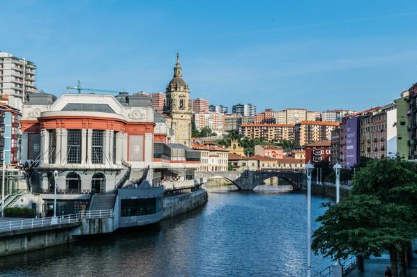 Bilbao Fluss Stadtlandschaft.jpg