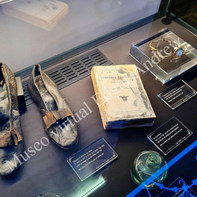 Zapato, libro y tintero en Cherburgo, Francia