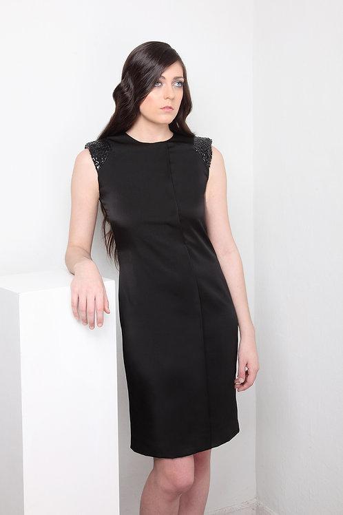 Vestido negro de satén  con hombros de paillet