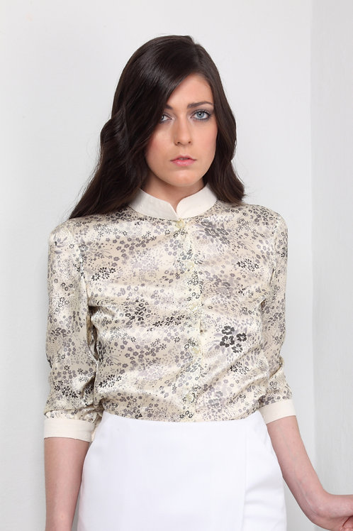 Camisa de satén de flores grises fondo marfil