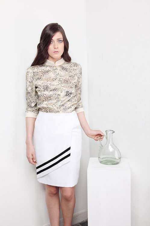 Falda blanca cruzada cintas negras terciopelo
