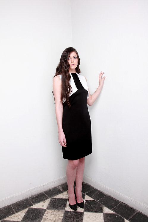 """Vestido de satén negro con """"chaleco blanco"""""""