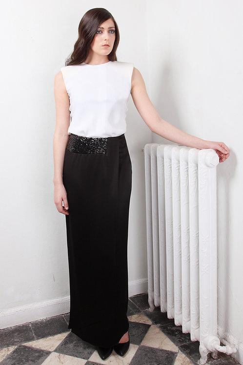 Falda larga de satén negro con fajin de paillet