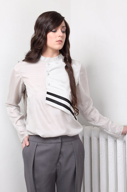 Blusa de seda gris claro con cruce asimétrico