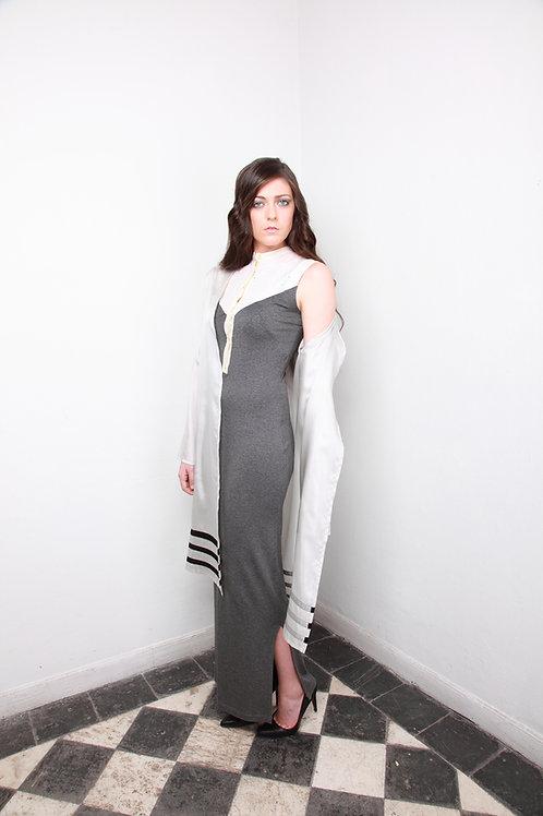 Vestido punto gris, pechera perforada color marfil