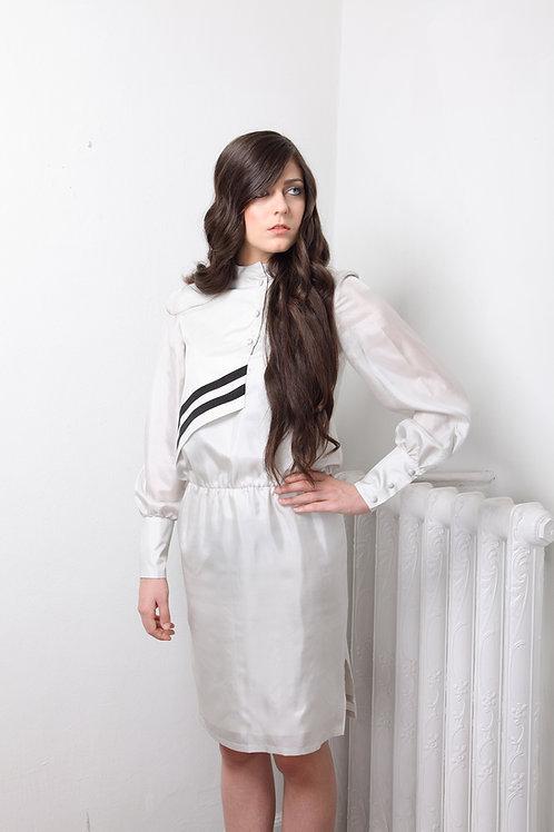 Vestido de seda gris claro con cruce asimétrico