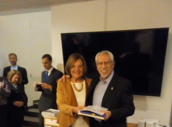 Anna-Karin entrega premio a Jorge Castil
