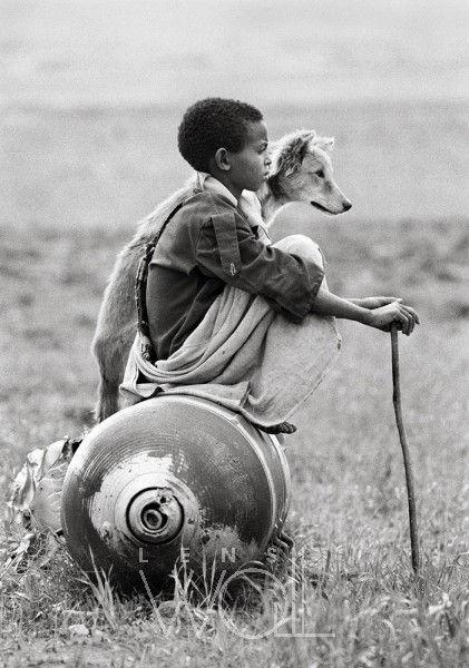 Enfant et chien sur une bombe non explos