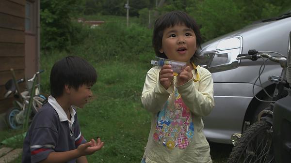 Un enfant joue avec un dosimètre dans le