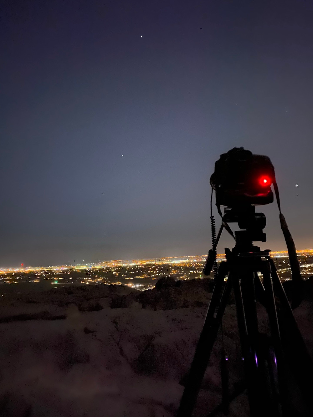 DSLR and tripod with lens to photograph a comet
