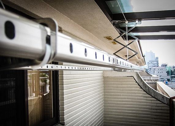 特製鋁合金橢圓管有防滑孔增加衣服免於被強風吹落的顧慮 ,耐重又防風,更適合曬大件的床罩和棉被。