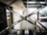 整座曬衣架以厚度1.5mm的#304不鏽鋼板組成,其左右交叉支撐鋼架成ㄇ字型可增強曬衣架的支撐,平穩安全,耐重不扭曲。