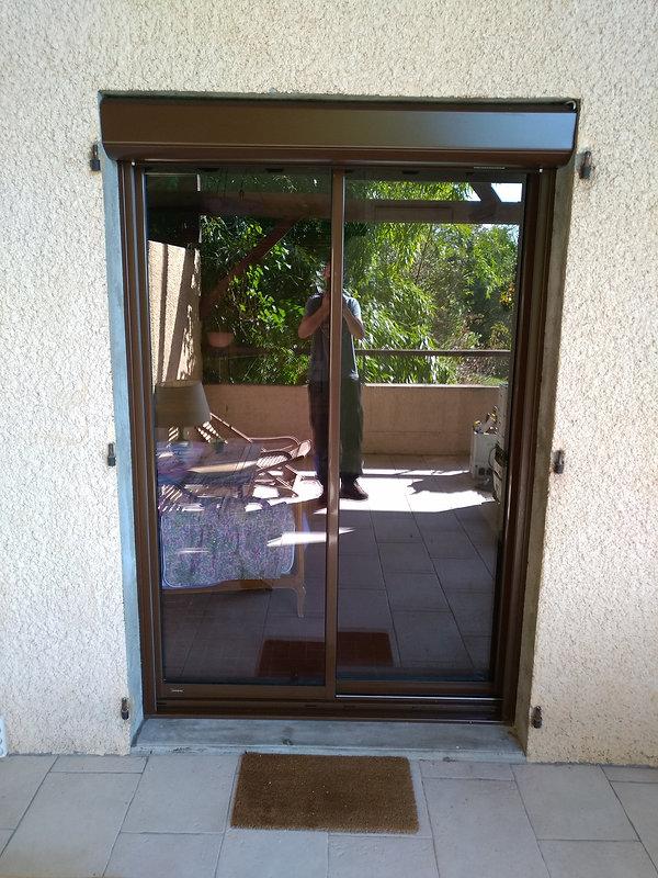 fenêtre coulissante 2 couleurs vue exterieur