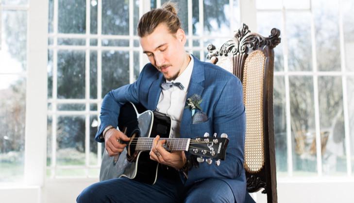 Hochzeitssänger und Musiker Felix Hahnsch mit seiner Gitarre Yamaha fx370C BK bei einem Hochzeitsfotografen