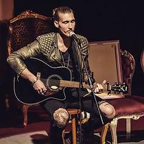 Felix Hahnsch als Sänger bei einem Gig in Berlin