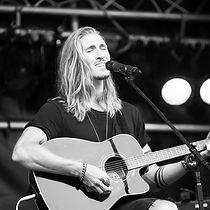 Felix Hahnsch als Sänger bei einer Show in Hamburg